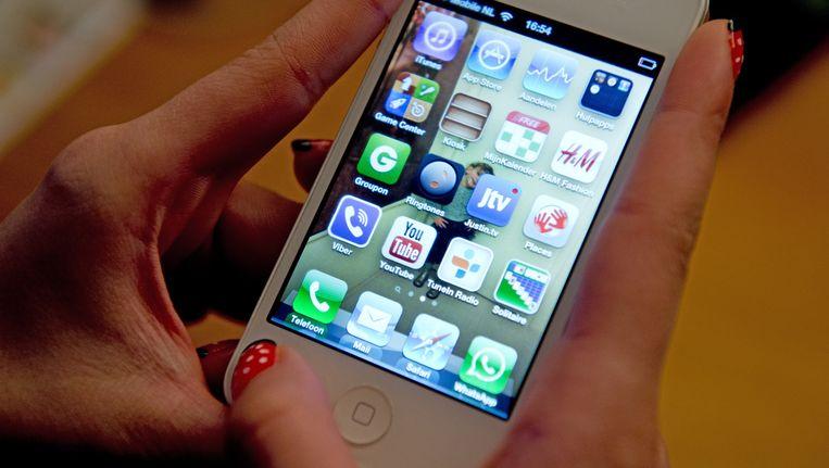 Een vrouw met een iPhone. Beeld anp