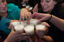 Studenten op een feest drinken veel alcohol. Foto ter illustratie.