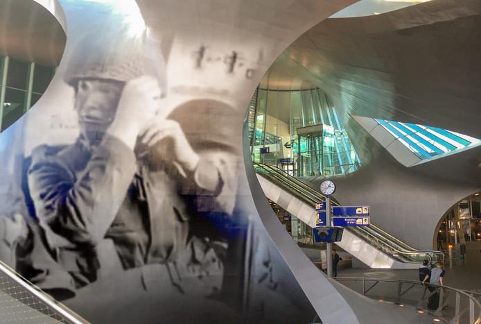 Impressie van de Slag om Arnhem-projecties die Arnhem Lights in september 2019 wil tonen in de Arnhemse binnenstad. Hier station Arnhem Centraal.