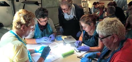 Onder begeleiding je zilveren ketting leren poetsen in Het Markiezenhof in Bergen op Zoom