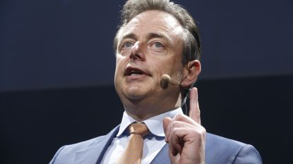"""De Wever huldigt Francken op nieuwjaarsreceptie: """"Voortdoen Theo"""""""