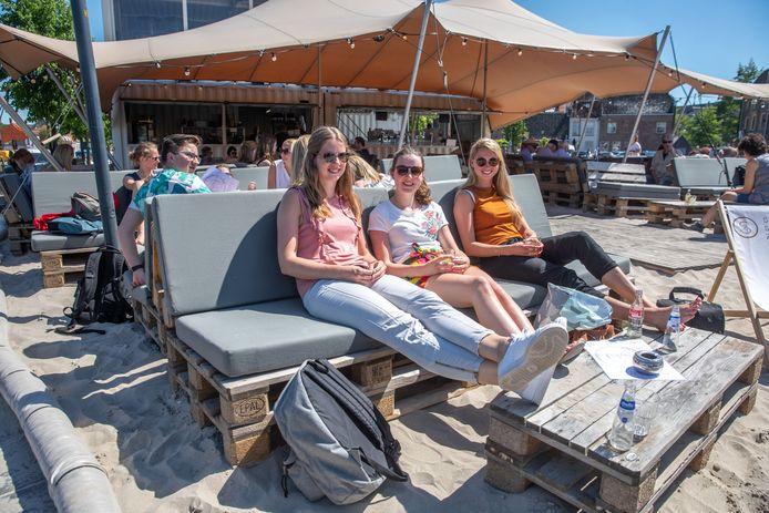 Het Stadsstrand in 2018. Dit jaar zal het er vanwege de coronamaatregelen heel anders uit gaan zien, maar het strandgevoel blijft zeker, belooft mede-exploitant Jasper van Loenen.