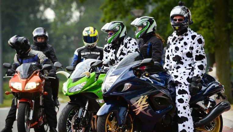 Motorrijders langs de A28 bij Rouveen zijn onderweg naar de TT van Assen. Beeld anp