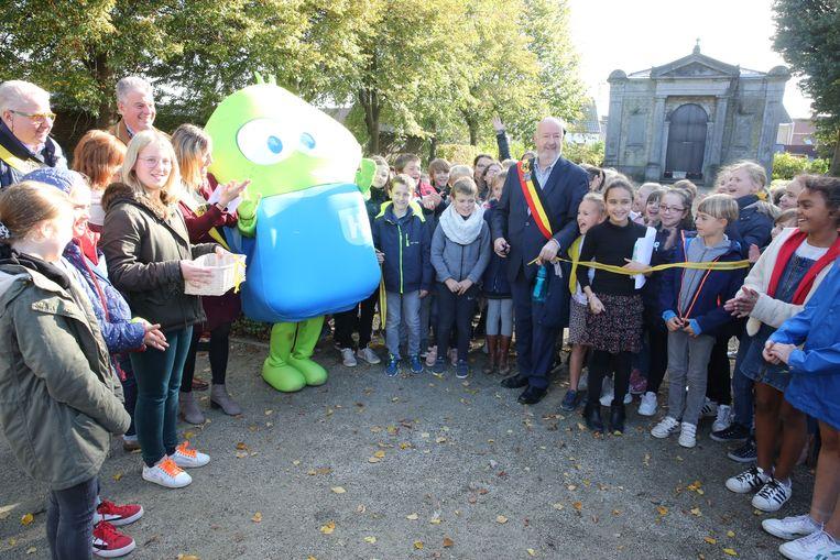 Basiel, de kindvriendelijke mascotte van Halle, kreeg de eer om samen met burgemeester Marc Snoeck (sp.a) de nieuwe speelplaats t.e openen