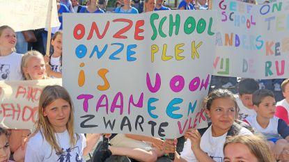 """VIDEO. Leerkrachten, ouders en kinderen voeren actie tegen overname De Kiem: """"Blijf van onze school"""""""