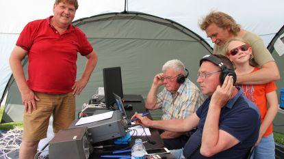Radioamateurs zoeken contact met de wereld tijdens internationale noodoefening