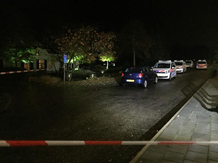 De politie staat bij het huis na de overval in Berlicum.
