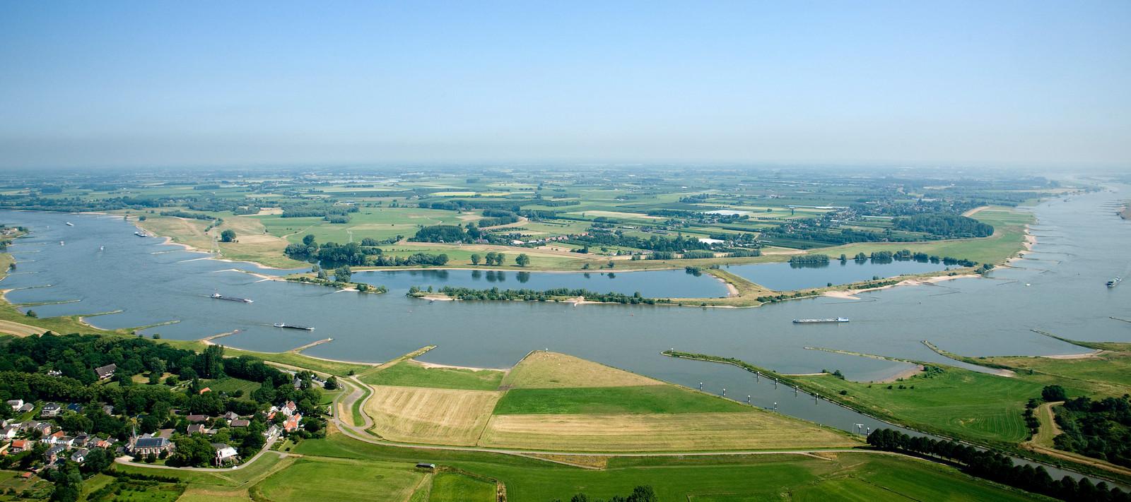 Vaargeul van de Waal bij Varik en Heesselt vanuit de lucht.