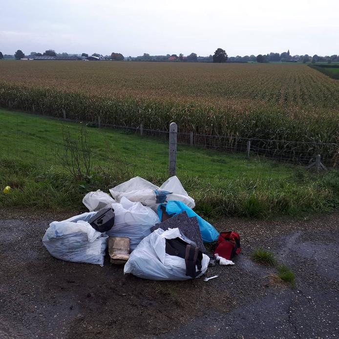 De bult illegaal gedumpt afval in Ravenswaaij.
