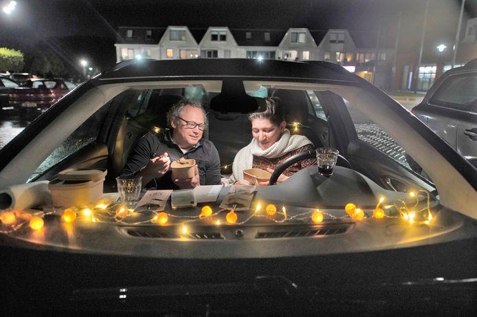 Quincy en Alexander, deelnemers van de Driving & Dining,  eten hun gang in Beneden-Leeuwen. Ze hebben hun auto gezellig gemaakt met lampjes.