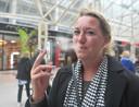 Stephanie de Graauw uit Amsterdam had de verbodsstickers voor roken helemaal niet gezien toen ze door de Lange Zelke kuierde.