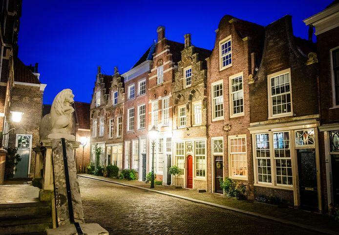 De Hofstraat in Dordrecht in avondlicht straalt precies de juiste sfeer uit voor het kerstverhaal.