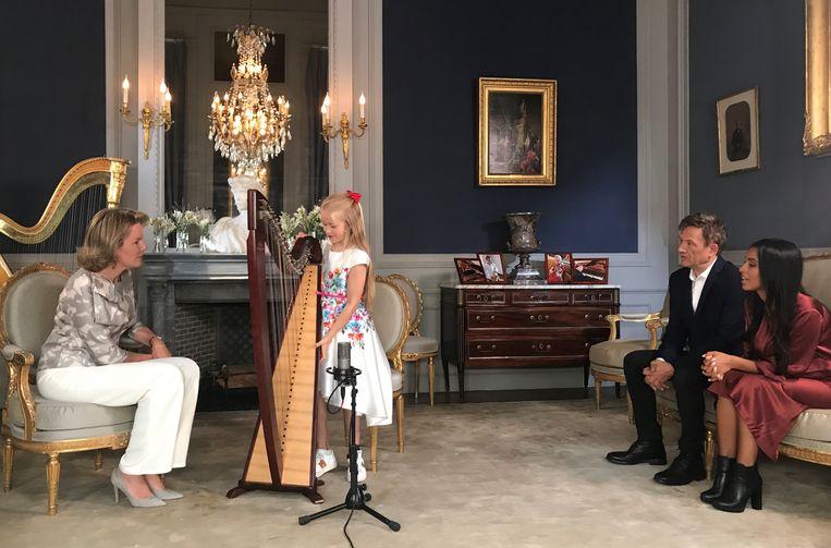 Vanavond toont de achtjarige Stella uit Bornem op tv aan koningin Mathilde hoe goed zij wel is op de harp. Stella wordt naar het paleis geëscorteerd door presentatoren Bart Peeters en Nora Gharib.