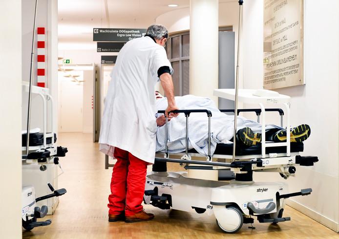 Een patiënt met oogletsel door vuurwerk wordt behandeld in het Oogziekenhuis Rotterdam.