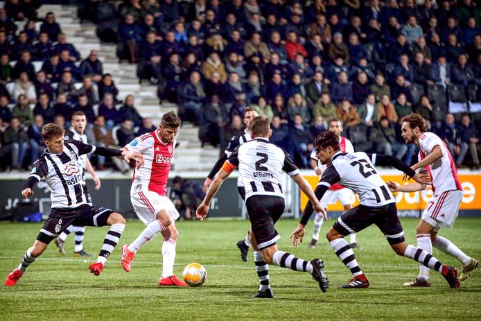Klaas-Jan Huntelaar is namens Ajax ingesloten tegen Heracles.