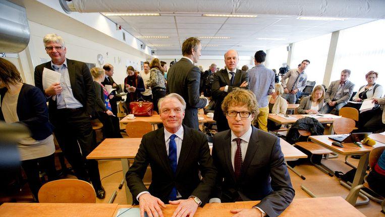 Staatssecretaris Sander Dekker (R) van Onderwijs en Kinderombudsman Marc Dullaert (L) op het Heldring-VMBO tijdens de presentatie van hun plan van aanpak tegen pesten. Beeld null