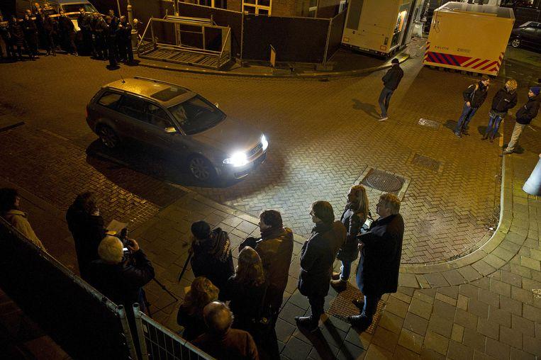 Belanghebbenden kijken naar een auto tijdens de schouw. Beeld anp