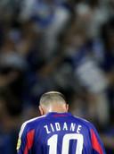 Zinedine Zidane verlaat teleurgesteld het veld na de nederlaag tegen Griekenland.