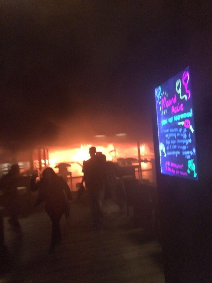 De brand brak uit op de bowlingbaan. Ooggetuige Martijn Kleine maakte deze foto.