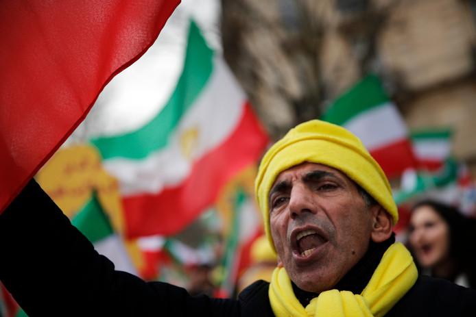 Ook buiten Iran laten Iraniers van zich horen, zoals deze man in Parijs.