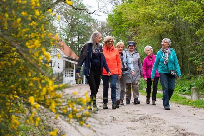 Demy Weertman (links) vertrekt vanaf 't Pannehûske in Achtmaal met vijf mantelzorgers om een wandeling te maken.