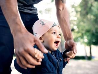 """Macron verdubbelt vaderschapsverlof: """"Eerste 1.000 dagen zijn cruciaal voor latere kansen van je kind"""""""