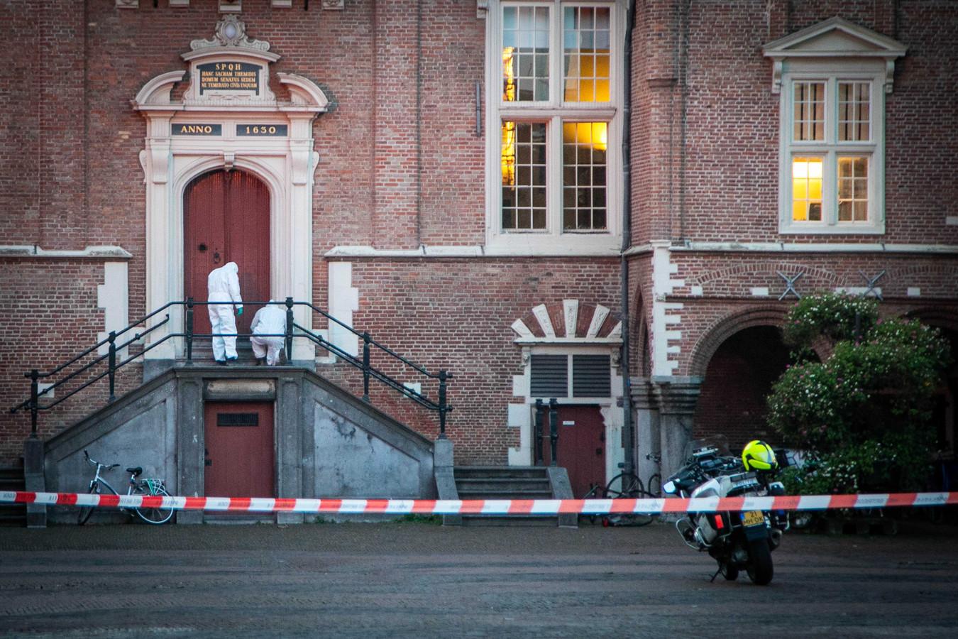 Het stadhuis in Haarlem is vanmiddag ontruimd vanwege een verdacht voorwerp op de trap voor het gebouw aan de Grote Markt. De politie heeft verklaard dat het om een handgranaat lijkt te gaan.