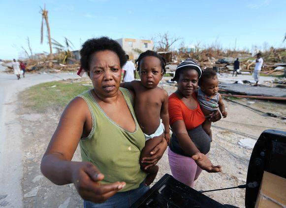 Inwoners van Marsh Harbor op Abaco Island vragen om drinkwater en voedsel.