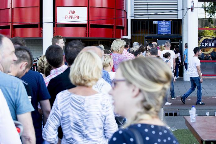 Politie houdt een oogje in het zeil tijdens het concert van Guus Meeuwis in het PSV-stadion. De veiligheidsmaatregelen werden opgeschroefd naar aanleiding van een incident met een mogelijk geradicaliseerde man.