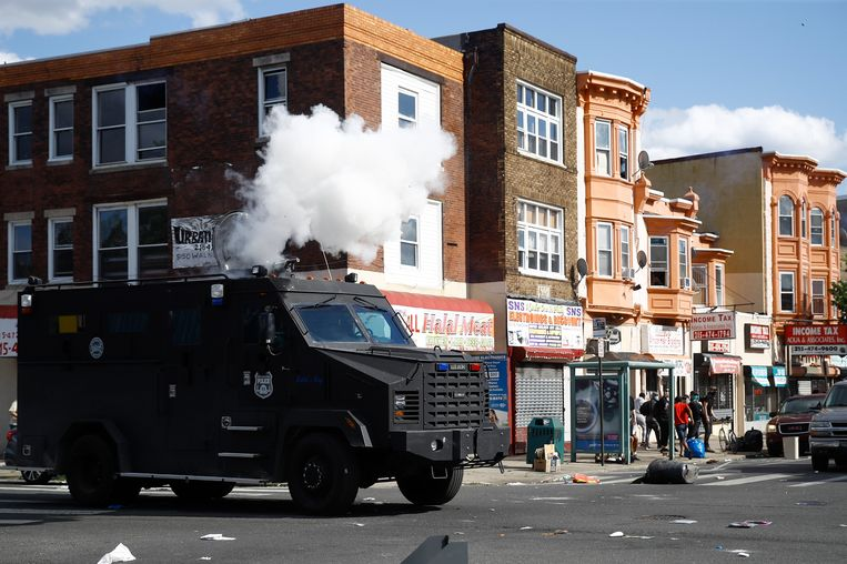 De politie vuurt in Philadelphia traangas af om demonstranten uiteen te drijven. Beeld AP