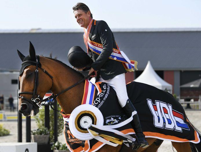 Jeroen Dubbeldam wint met Oak GroveÕs Carlyle de derde prijs op het NK Springen in Kronenburg.