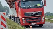 Weg langs kanaal 1,5 uur afgesloten door vrachtwagen met omgevallen lading