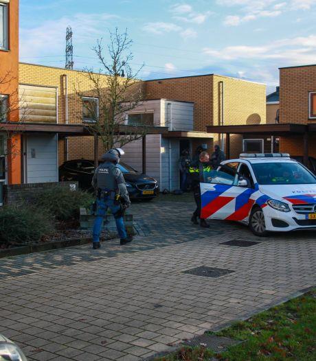 Arrestatieteam voert man geblinddoekt af na bedreiging met mes in woonwijk Zutphen
