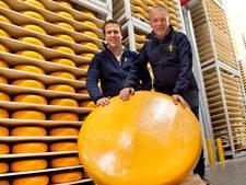 Liefhebbers mogen stukje van deze joekel van een kaas én steunen er meteen het goede doel mee