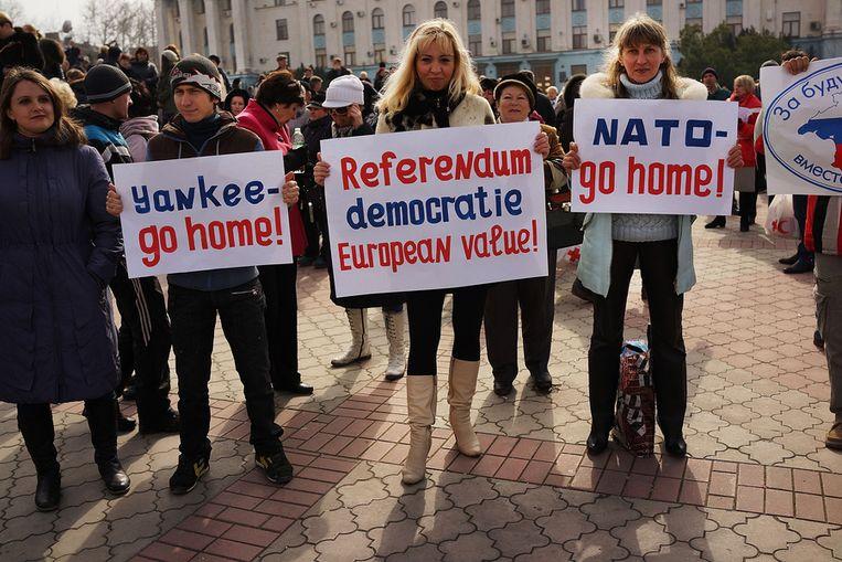 Pro-Russische betogers in Simferopol Beeld getty