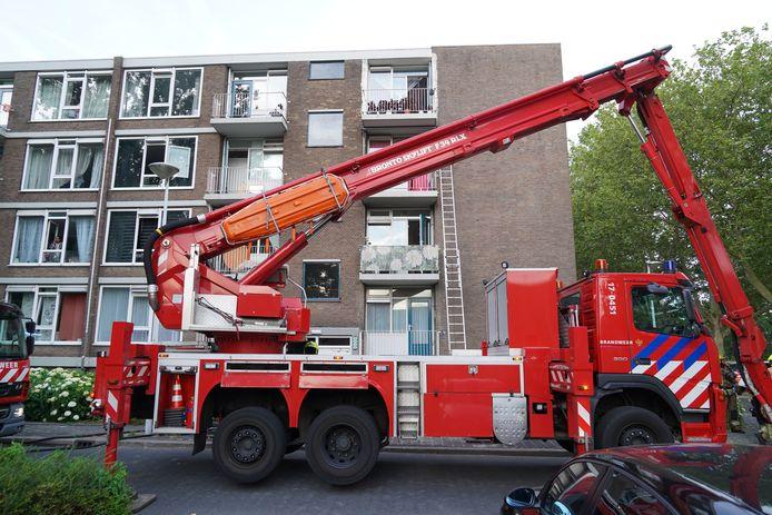 De brandweer haalde met een hoogwerker en ladders dertien mensen - waaronder 4 kinderen - uit hun woningen.