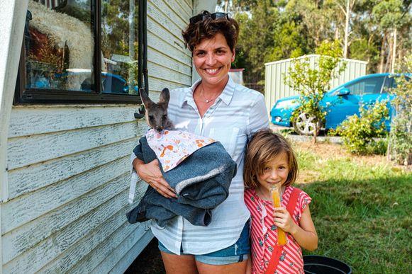 De Vlaamse Dorien en haar dochtertje Josephine. Samen vangen zij gewonde dieren op bij hun thuis.
