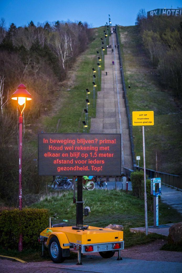 2020-03-21 20:01:27 LANDGRAAF - Een bord met coronamaatregelen voor recreanten bij de Wilhelminaberg in Landgraaf, de langste trap van Nederland. ANP MARCEL VAN HOORN