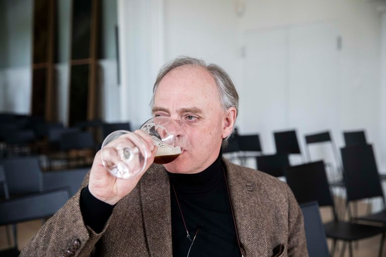 Brouwer Frank Boon proeft zijn eigen creatie.