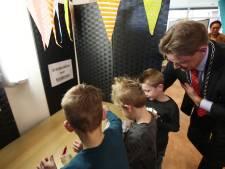 Kinderen brengen stem uit in Steenwijkerland