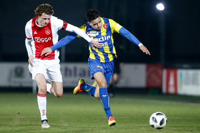 Jong Ajax-speler Leon Bergsma (l) in duel met FC Oss-speler Koen van der Biezen (r)