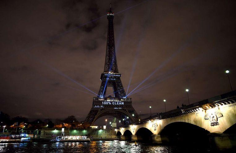 Eiffeltoren met opschrift, maandagavond. Beeld AFP