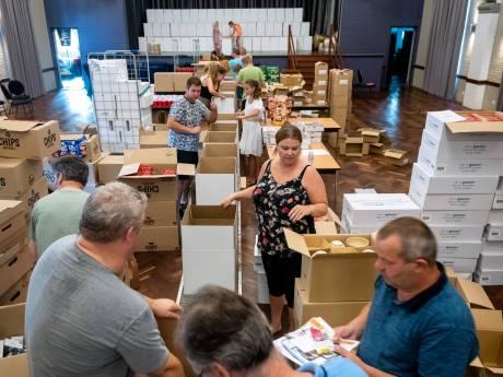 Vrijwilligers Sint-Sebastianus pakken verrassingsboxen in voor schuttersfeest in huis