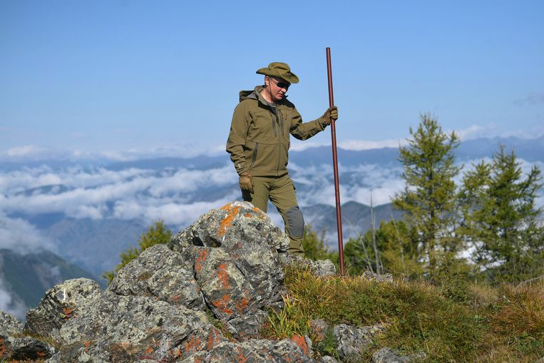 De Russische president Poetin heeft een paar rustige dagen. Die vult hij met wandelen door de taiga, het boreale woud in de Russische republiek Toeva, ten noorden van Mongolië. Het Kremlin maakt foto's daarvan wereldkundig.  Beeld EPA