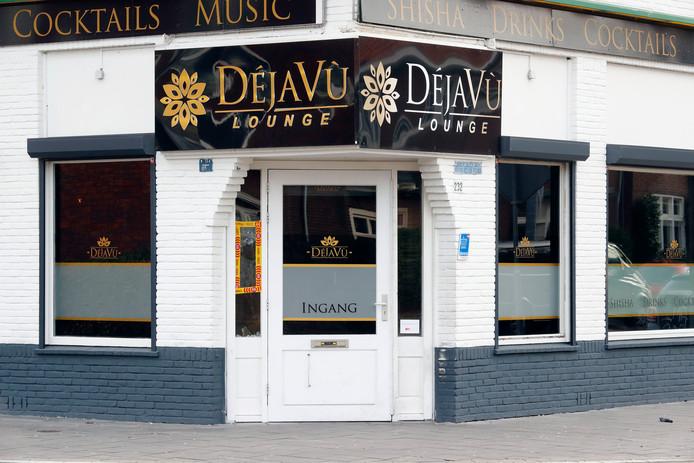 Toen undercoveragenten onderzoek deden naar 'een andere zaak' in een Eindhovense shisha-lounge, zagen ze de barman dealen. Deze bleek vooral in Helmond te leveren. Als het aan het OM ligt, mag hij daar voorlopig niet meer komen.