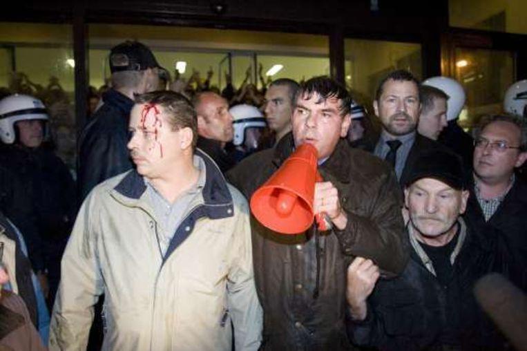 De politie zette het waterkanon in.(foto Verbeke)