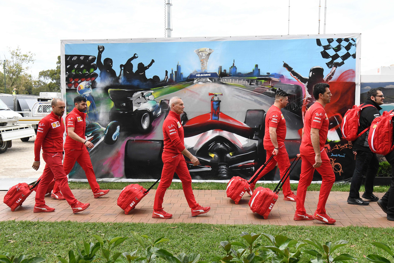 Een deel van het personeel van Ferrari blaast afgelopen vrijdag in Melbourne de aftocht. Beeld AFP
