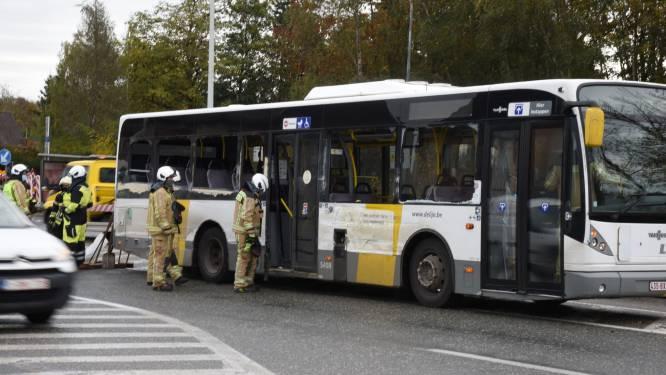 Lijnbus botst met betonmixer in Dendermonde