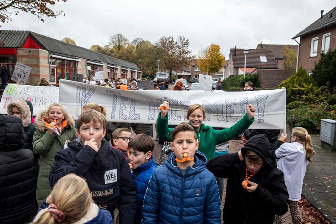 Kinderen van De Lindt demonstreren in Stiphout.