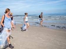 Plastic jutten met burgemeester Hieltjes op strand Wemeldinge